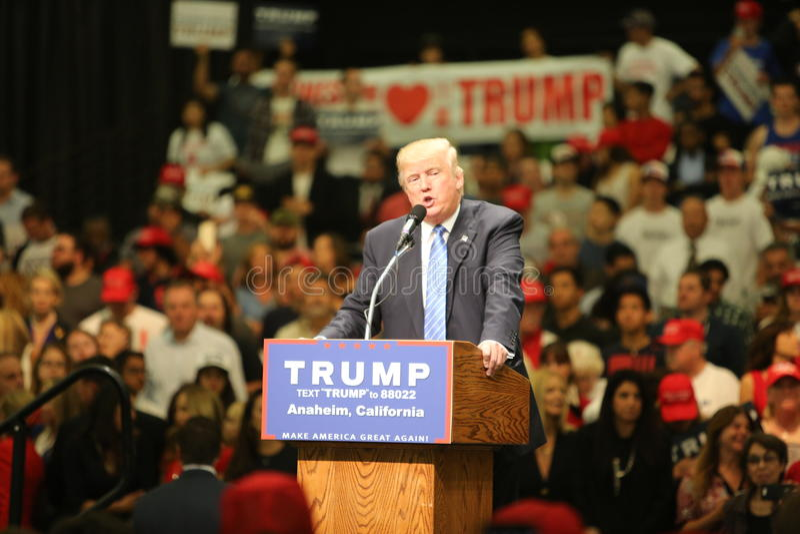 АНАХАЙМ КАЛИФОРНИЯ, 25-ое мая 2016: Тысячи сторонников, знаков волны и показывают их поддержку для кандидата в президенты Дональд стоковое изображение rf