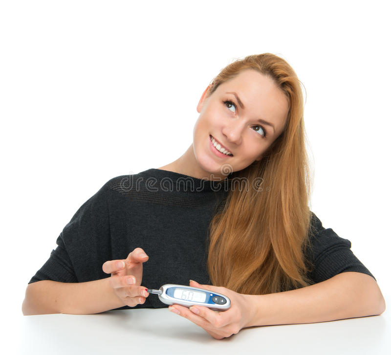 Анализ крови глюкозы терпеливой женщины диабета измеряя ровный стоковое фото