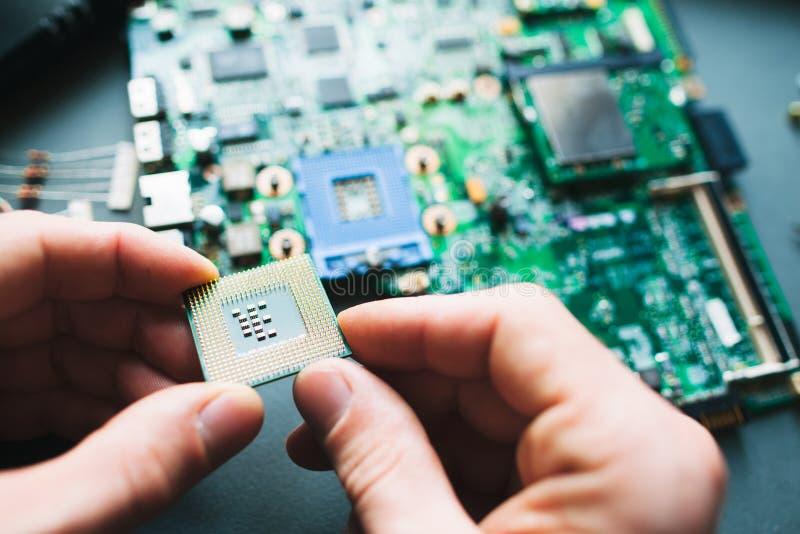 Анализ (устанавливать) процессора в гнезде C.P.U. стоковое изображение