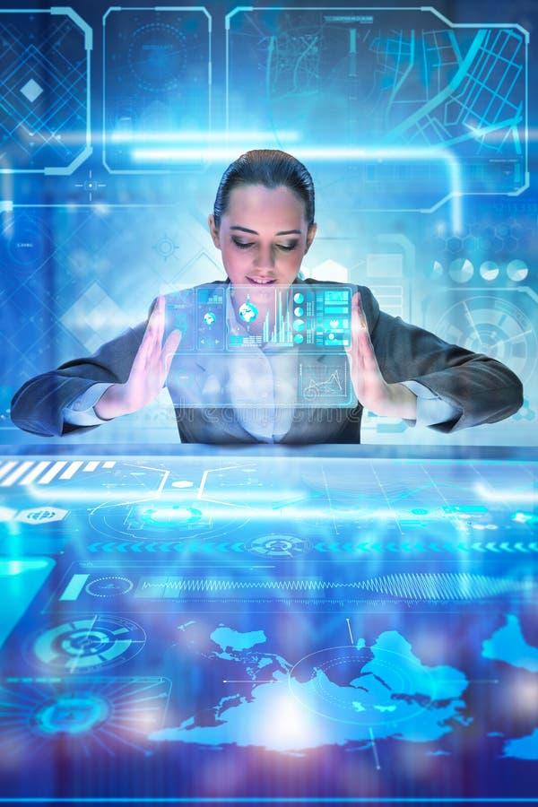 Аналитик женщины работая с большими данными стоковая фотография rf