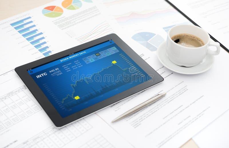Аналитик фондовой биржи на ipad яблока стоковое изображение