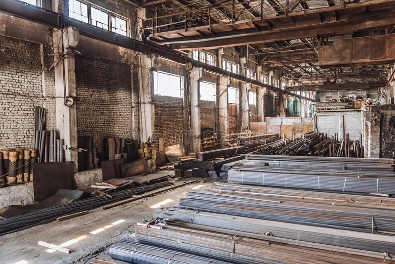 Ангар для хранения металлических продуктов в России стоковые фотографии rf