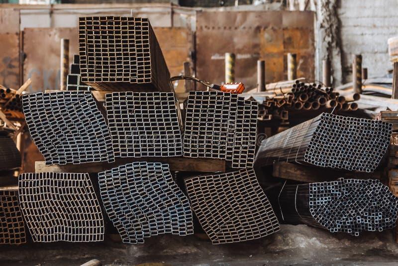 Ангар для хранения металлических продуктов в России стоковая фотография rf