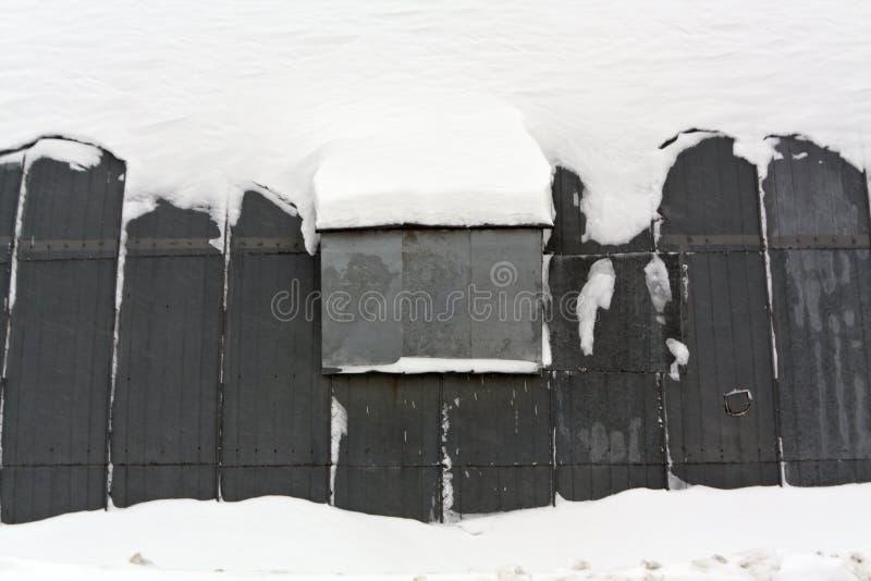 Ангар металла в снеге стоковое фото