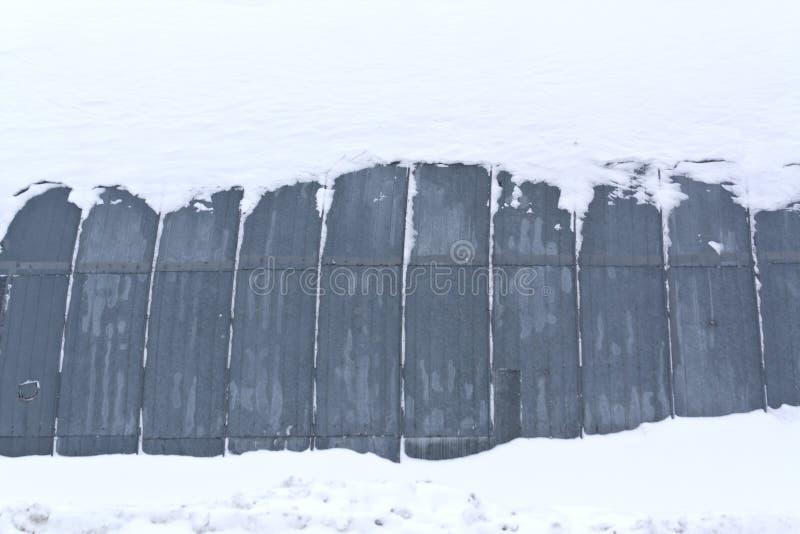 Ангар металла в снеге стоковое изображение rf