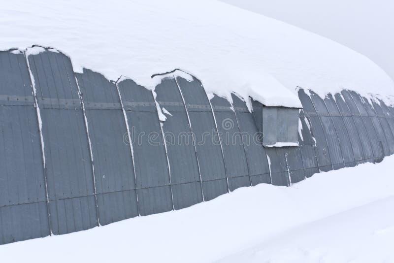 Ангар металла в снеге стоковые фотографии rf