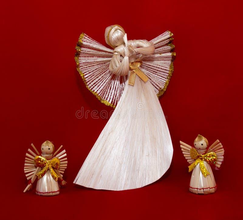 Ангелы соломы на красной предпосылке стоковые изображения rf