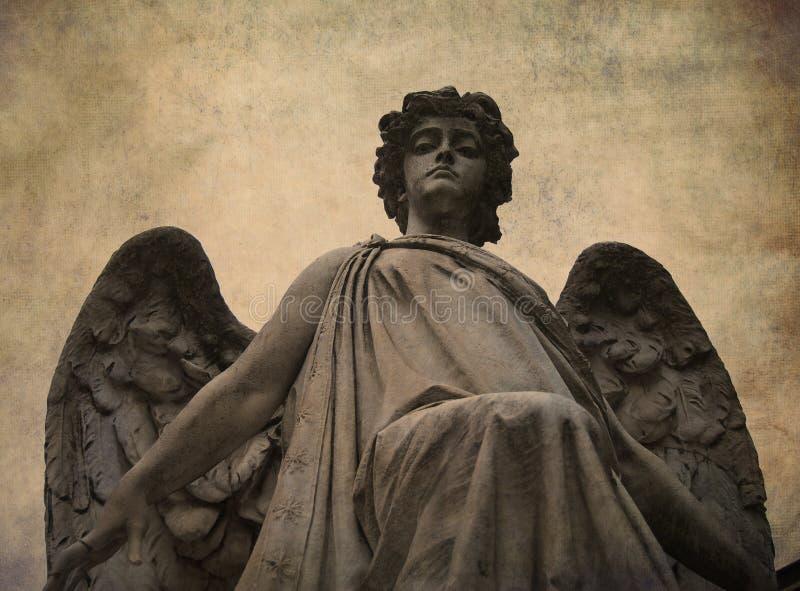ангел вниз смотря статую стоковые фото