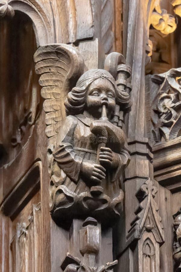 Ангел играя волынки на соборе St Giles стоковая фотография rf