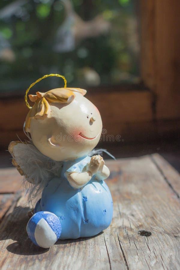 Ангел-хранитель в молитве стоковые фотографии rf