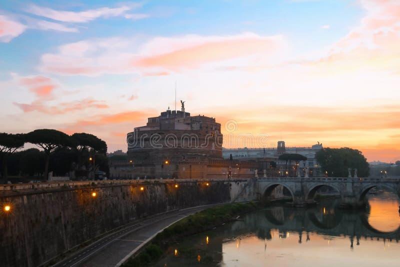 Ангел Sant замка и моста ангела Святого на заходе солнца, Риме, Италии стоковая фотография