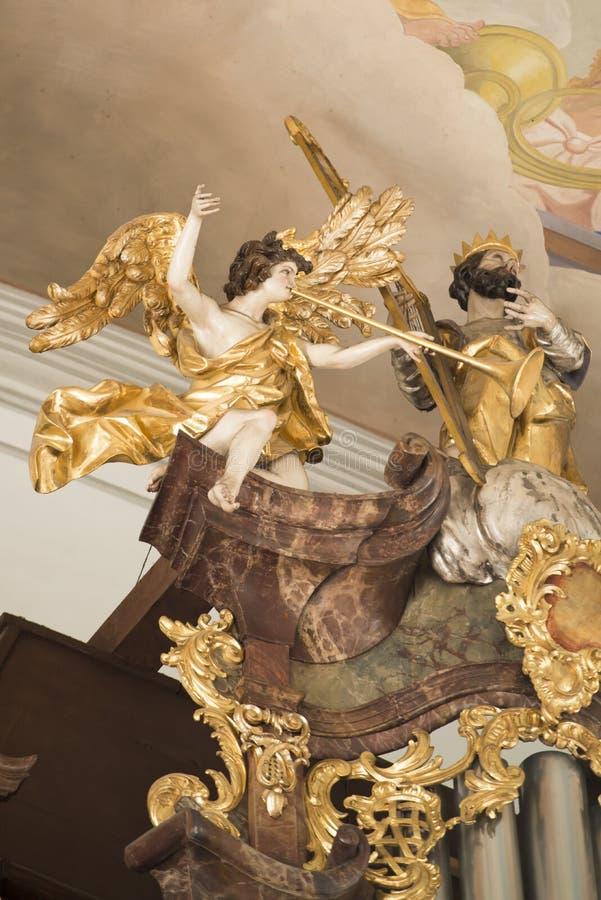 ангел играя trumpet стоковое изображение rf