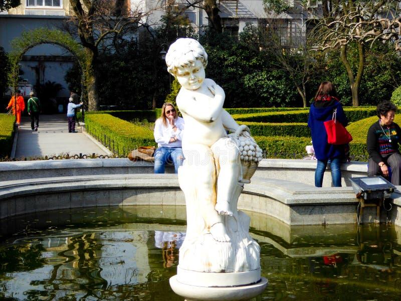 ангел меньшяя скульптура стоковое изображение