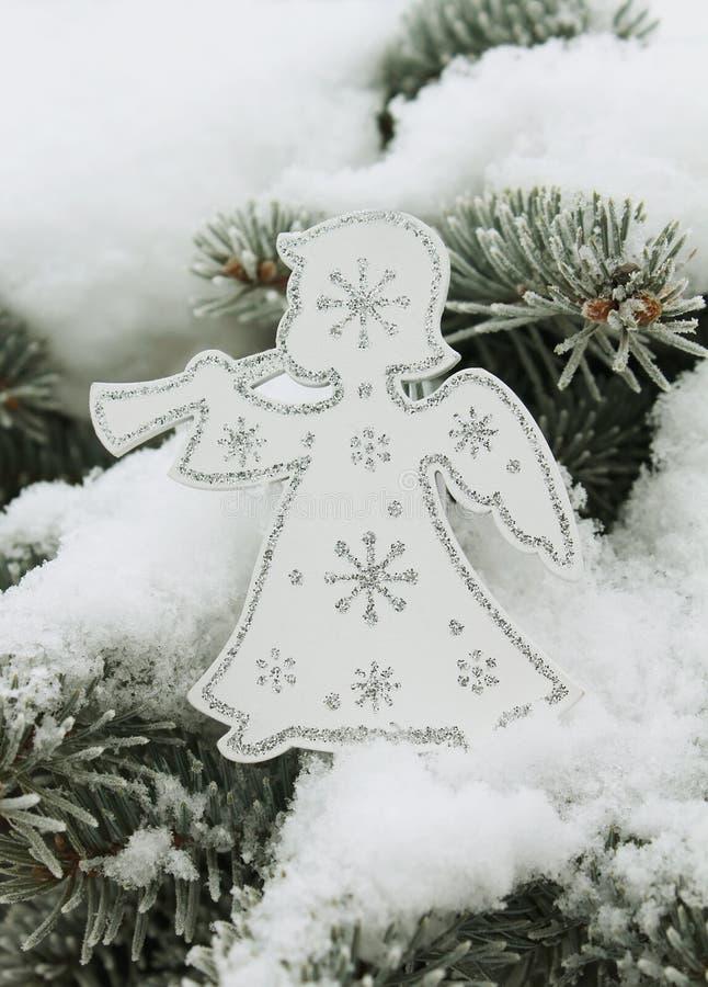 Ангел рождества белый с снежинками на рождественской елке стоковая фотография