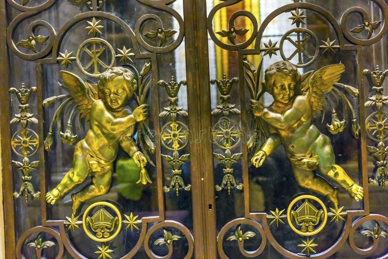 Ангелы базилики ` s St Peter стробируют Ватикан Рим Италию стоковая фотография rf