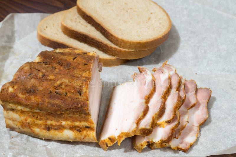Английский бекон частично отрезал с хлебом на бумаге Kraft стоковая фотография