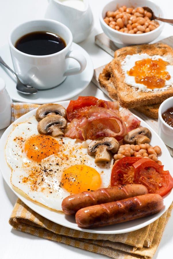 Английский завтрак взбитых яя с беконом, сосисок стоковые изображения