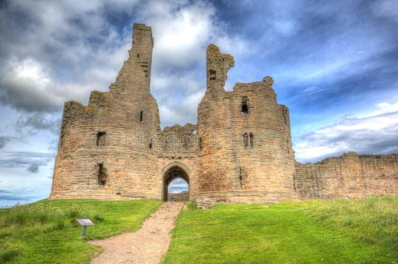Английский средневековый замок Dunstanburgh Нортумберленд Англия Великобритания в hdr стоковое изображение rf