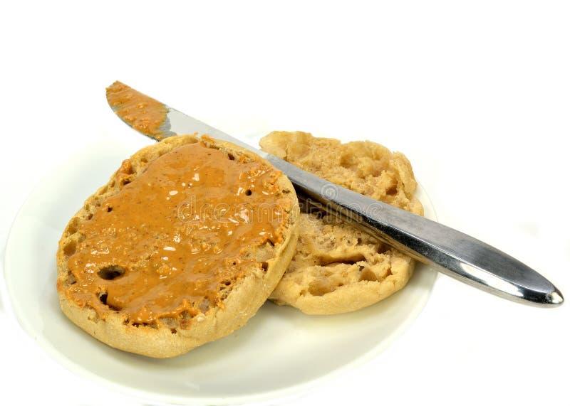 Английская булочка с арахисовым маслом стоковые фото