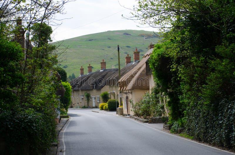 Английская улица деревни с коттеджами стоковые изображения