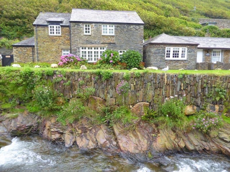 Английские коттеджи рекой стоковое фото rf