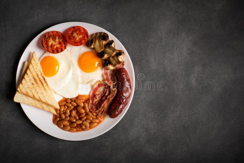 Английский завтрак на черной доске, космос экземпляра для текста стоковые фотографии rf
