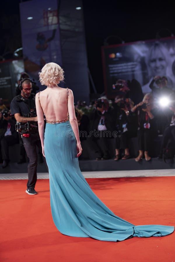 Андреа Рисеборо ходит по красному ковру стоковые фотографии rf