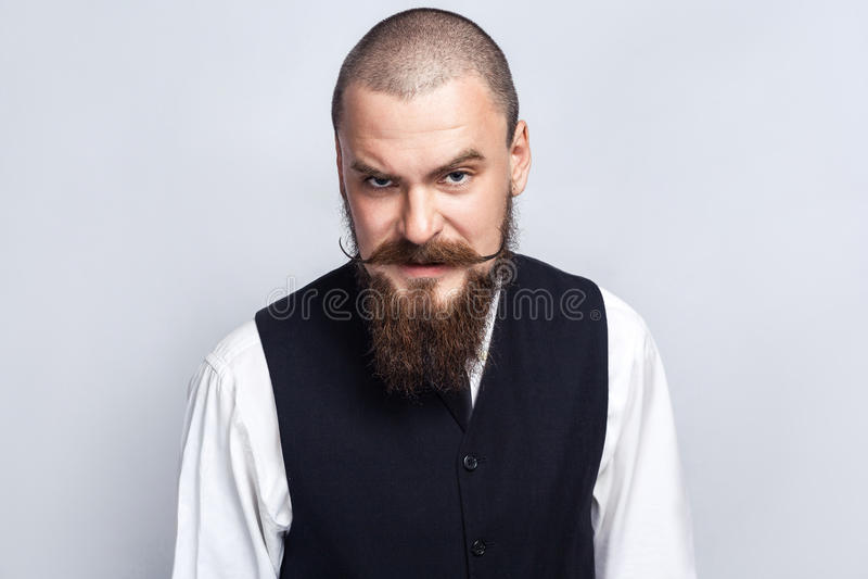 анимизма Красивый бизнесмен при усик бороды и handlebar смотря камеру с сердитой стороной стоковые изображения