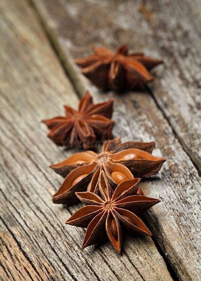 Анисовка звезды была помещена na górze деревянного стоковое фото
