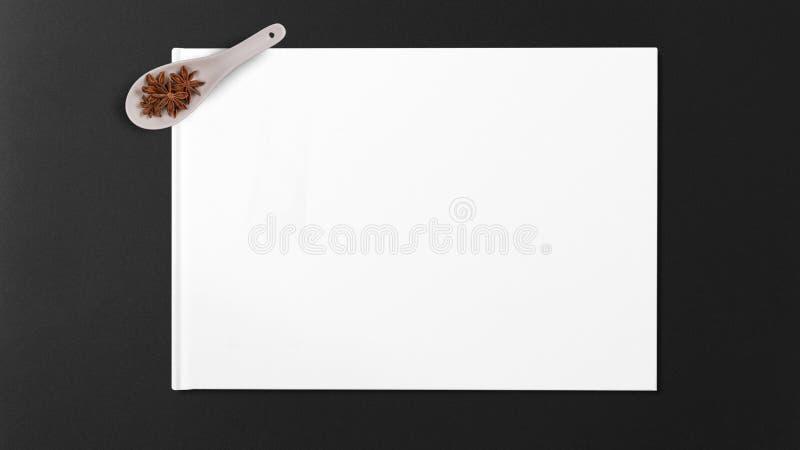 Анисовка звезды в деревянной ложке стоковые изображения
