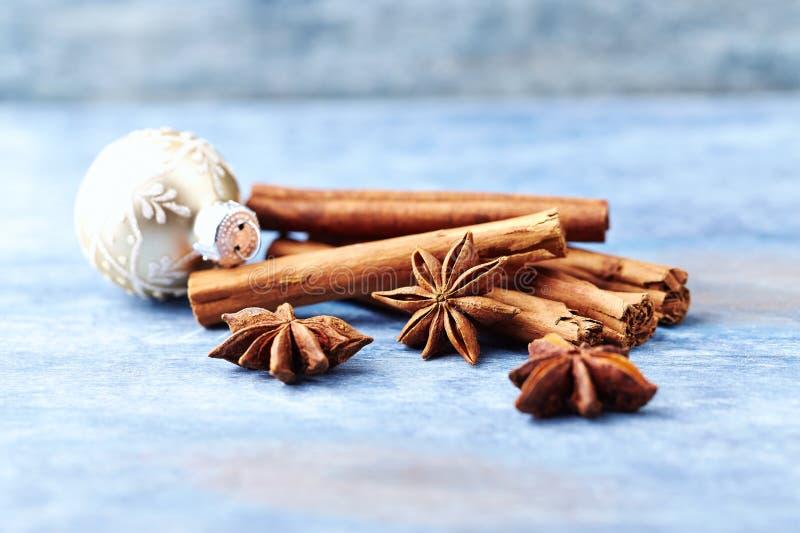 Анисовка звезды с циннамоном Специи рождества на деревенской деревянной предпосылке стоковая фотография