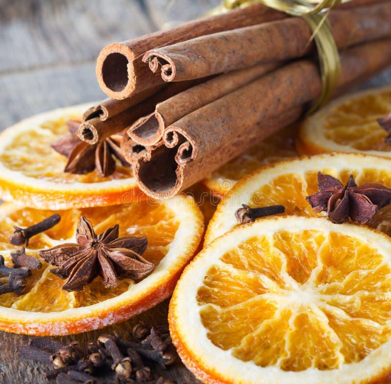 Анисовка, циннамон и апельсины для рождества стоковые фотографии rf