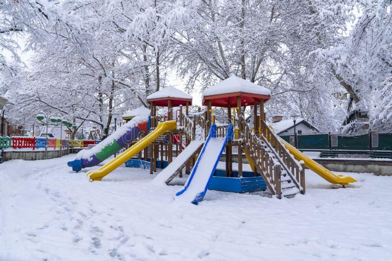 Анкара/Турция - 26-ое декабря 2018: Земля игры детей под снегом в парке Kugulu стоковые изображения