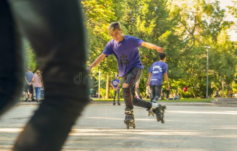 Анкара/Турция 23-ье июня 2019: Мальчик свертывая вокруг на коньках ролика Развлечения и отдых Спорт и хобби подростков стоковые фото