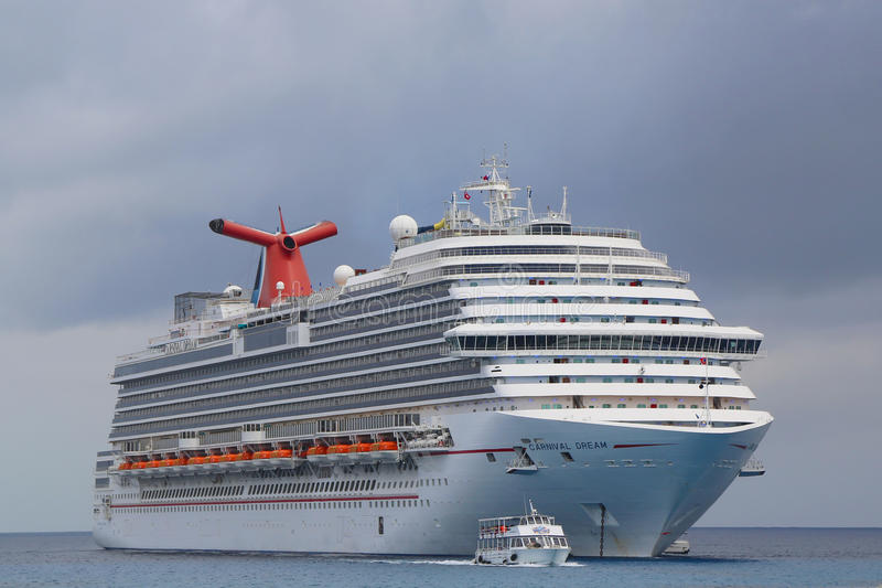 Анкеры туристического судна масленицы мечт на порте городка Джордж, Grand Cayman стоковая фотография rf