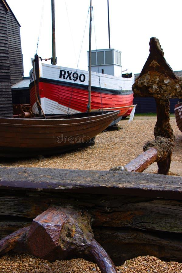 Анкер со шлюпкой fisher на заднем плане на пляже Hastings стоковое фото