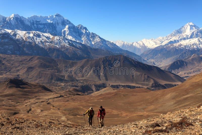 Аннапурна, Непал - 18 ноября 2015 года: Туристы поднимаются на гору Низкий Мустанг, Аннапурна Трак, Гималаи, Непал стоковые фото