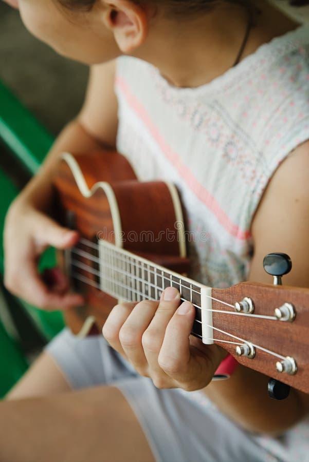Анонимная женщина играя гавайскую гитару стоковые фото