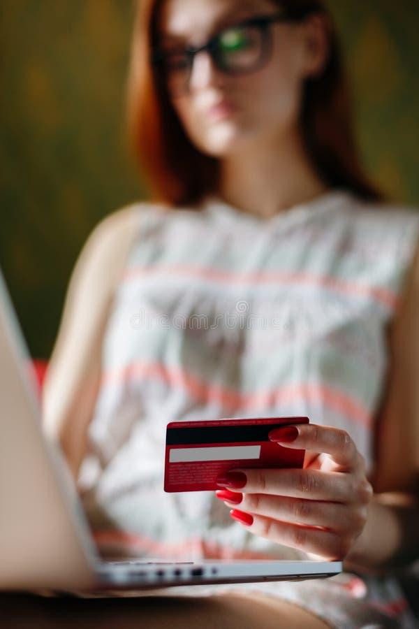 Анонимная женщина используя карточку для приобретения стоковое изображение