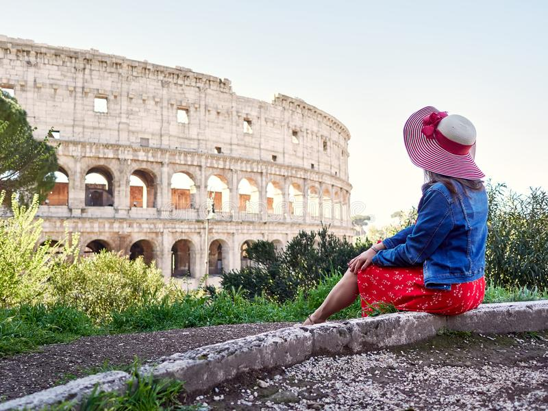Анонимная стильная женщина сидя самостоятельно и мечтая стоковая фотография