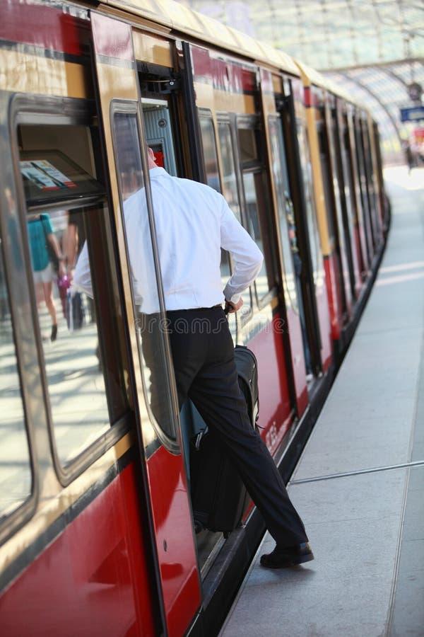 анонимныйый вводя мыжской пассажирский поезд стоковое изображение rf