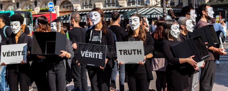 Анонимный для безголосый протестовать в Париже стоковое изображение rf
