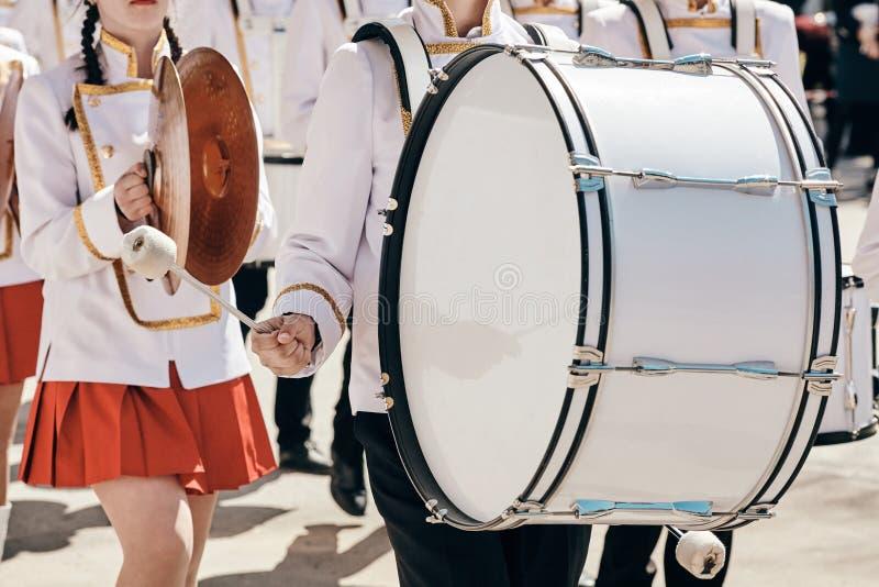 Ансамбль барабанщиков в белом церемониальном платье стоковое изображение rf