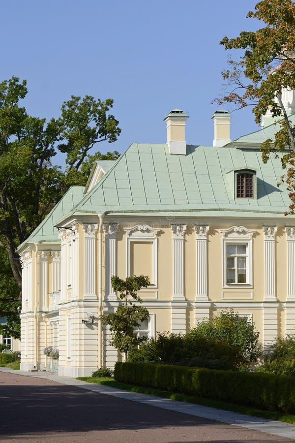 Ансамбль дворца и парка в Oranienbaum уникальный художественный памятник Коттедж императрицы Катрин II r стоковые фотографии rf