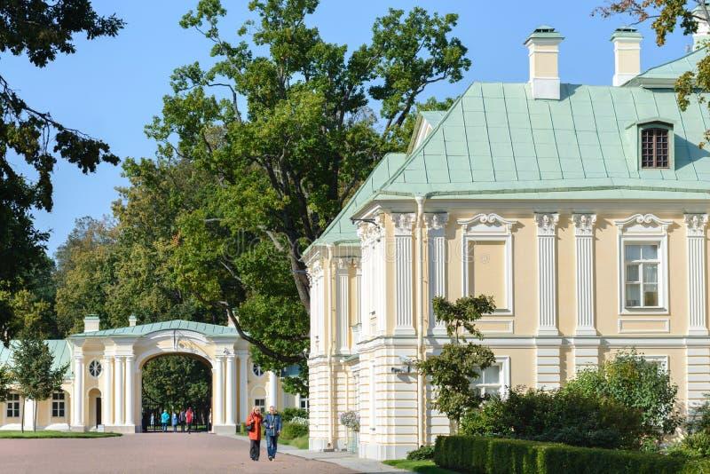Ансамбль дворца и парка в Oranienbaum уникальный художественный памятник Коттедж императрицы Катрин II r стоковые изображения