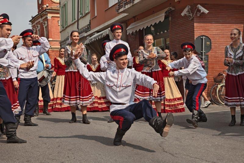 Ансамбль народного танца от России выполняет традиционный танец стоковая фотография rf