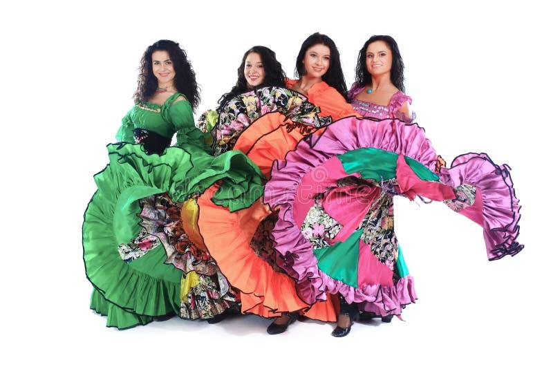 Ансамбль танца выполняет цыганский танец Изолированный на whit стоковое изображение