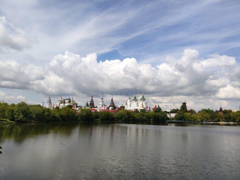 Ансамбль Izmailovo Кремля в Москве, Москве Vernisage, взгляде через пруд Serebryano-Vinogradny стоковое изображение