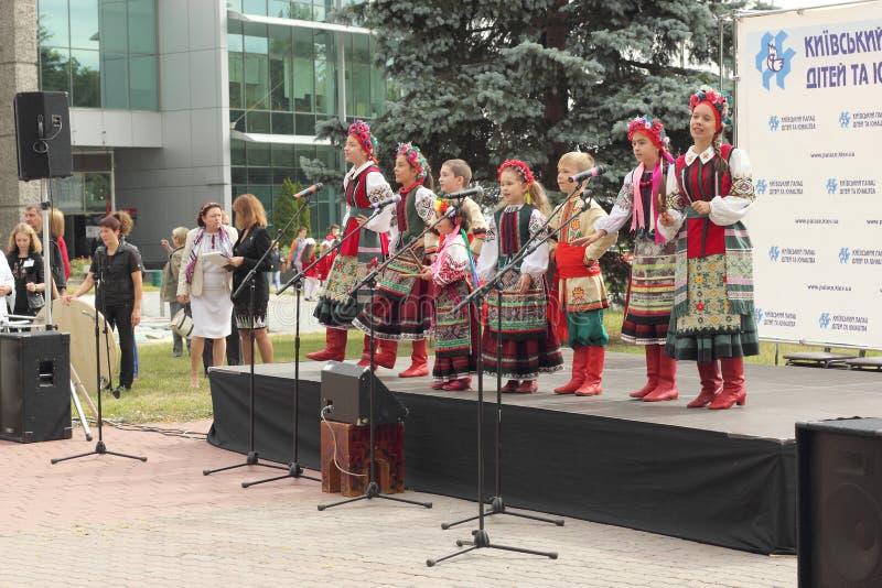 Ансамбль молодых украинцев стоковые фото