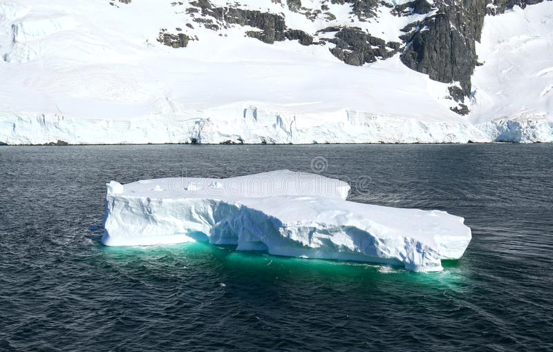 Антарктика на полуострове солнечного дня антартическом - огромные айсберги и голубое небо стоковые изображения rf